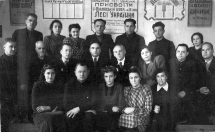 Груповий знімок письменників та учителів школи № 1 імені Лесі Українки