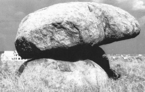Пам'ятка прадавніх часів — «Кам'яний гриб» на східній околиці Новограда-Волинського