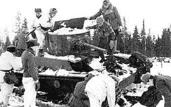 Фінські воїни оглядають трофейний радянський танк