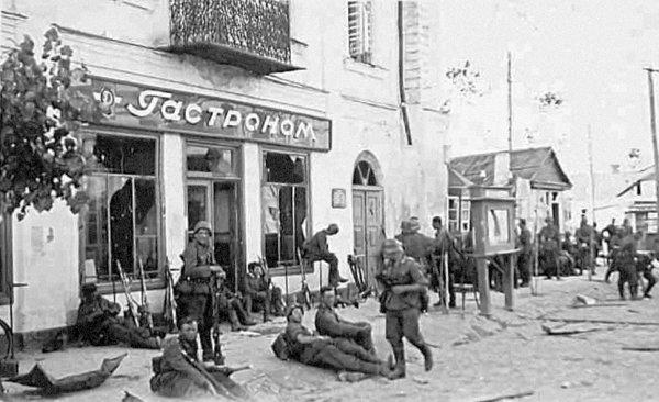 Солдати 1-ї танкової групи Клейста в центрі Звягеля незабаром після завоювання міста