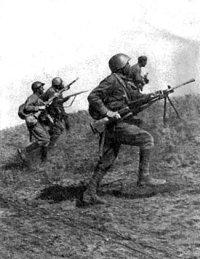 Червоноармійці в контратаці. Фото 1941 року
