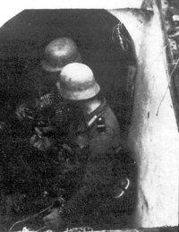 Німецькі солдати спускаються у захоплену ДВТ