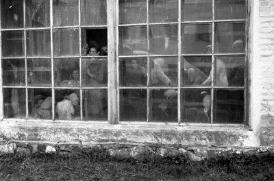 Ув'язнені в теплиці новоград-волинці в очікуванні розстрілу. Фото 1941 року
