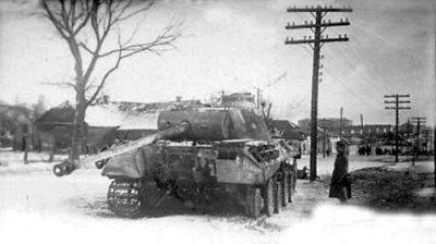 Підбитий німецький танк «Пантера» на околиці міста