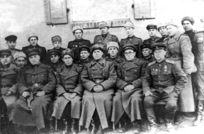 Генерал Й.М.Панкратов та командування 287-ї стрілецької дивізії у визволеному Новограді-Волинському. Фото січень 1944 року