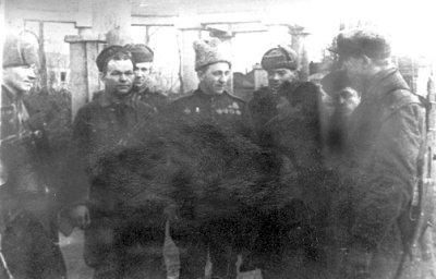 Командувач 20-ю мотострілецькою бригадою генерал-майор Ільїн Петро Сисоєвич (1901–1976) з групою партизанів перед входом у парк 3 січня 1944 року