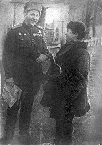 П.С.Ільїн та юний партизан Борис Огородніков у визволеному Новограді-Волинському. Фото 3 січня 1944 року