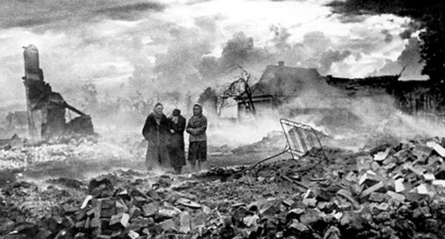 Спалене українське село. Фото 1943 року