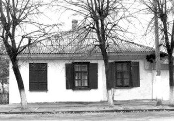 Перший будинок, в якому музична школа розміщувалася з 1946 року до 1954 року (нині — вул. Волі, 10)