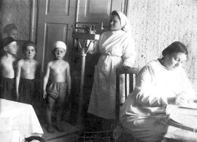 Діти на медичному огляді у міській лікарні. Фото 1940-х років