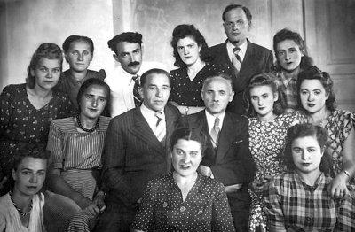 Лікар Е.Б. Замощин (у другому ряду ліворуч) з лікарями і працівниками хірургічного відділення міської лікарні. Фото 1947–50 років