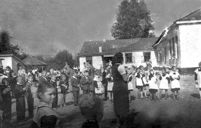 Заняття з учнями у дворі школи № 1 ім. Лесі Українки (колишній будинок Завадських)