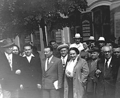 Максим Рильський (1895–1961) (крайній праворуч) та Андрій Малишко (1912–1970) (у центрі) серед новоград-волинців біля Палацу культури ім. Щорса. Фото 1950-х років