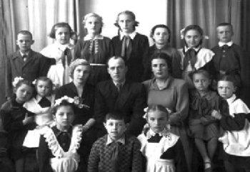 Викладачі музичної школи Т.О.Дранішнікова, О.Ю.Човгань, М.І.Волховська серед учнів школи. Фото 1950-х років