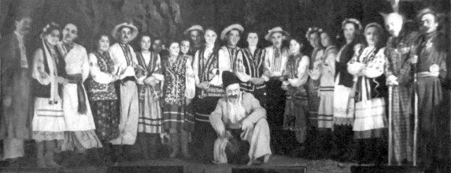 Учасники народного театру Будинку культури ім. Щорса у виставі «Травнева ніч». Фото 1959 року