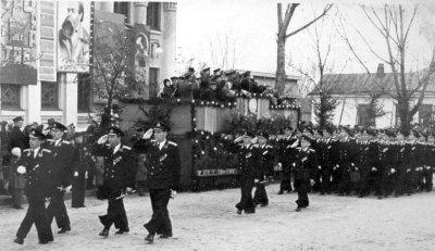 Військовослужбовці морського училища — учасники параду на честь 40-річчя Жовтневої революції. Фото 7 листопада 1957 року