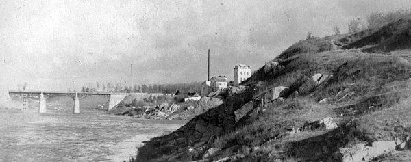 Загальний вид на спиртзавод та Житомирський міст через р. Случ. Фото 1950-х років