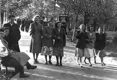 Новоград-волинці відпочивають у міському Парку культури. Фото 1959 року
