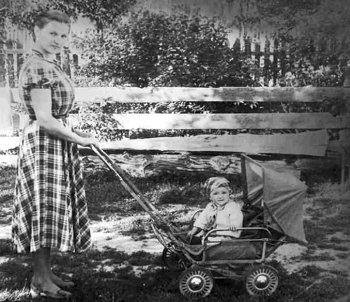 Жителька Новограда-Волинського на прогулянці. Фото кінця 1950-х років