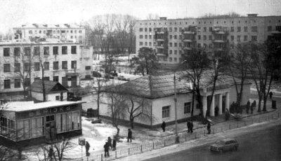 Триповерховий адміністративний будинок меблевої фабрики (ліворуч). Фото 1983 року