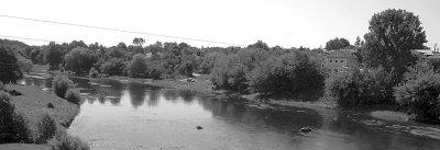 Річка Случ, на протилежному березі — головний корпус пивоварного заводу. Фото 2006 року