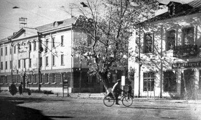 Ліворуч — будинок зв'язку, праворуч — будинок Мармера, де раніше містилася телефонна станція. Фото кін. 1960-х років