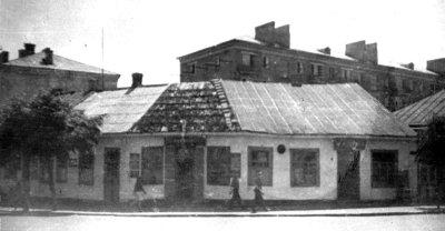 Будинок Зуника, за ним новозбудований 5-поверховий будинок, на розі вул. К.Маркса (нині — Соборності) та Леніна (нині — Шевченка). Фото 1960-х років