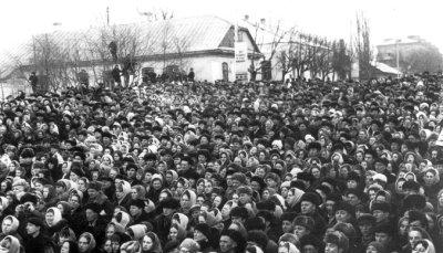Жителі Новограда-Волинського на урочистому мітингу з нагоди 100-річчя від дня народження Лесі Українки (фото 25.02.1971 р.) біля будинку, в якому народилася поетеса