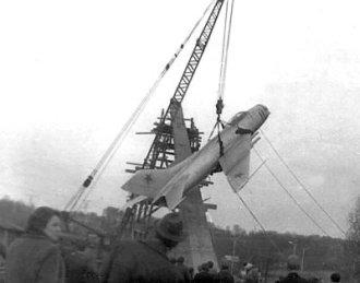 Монтаж пам'ятного знаку «Літак» на честь льотчиків — учасників Великої Вітчизняної війни. Фото весна 1974 року