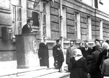 Відкриття пам'ятної дошки на будинку зв'язку на честь зв'язківців, які загибли у Великій Вітчизняній війні. Фото 1975 року