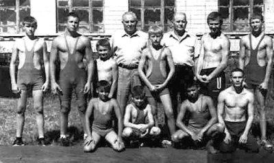 Г.І.Пукас (праворуч) і В.І.Пукас (у центрі) у колі своїх вихованців. Фото 1980-х років