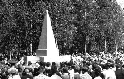 Мітинг на військовому кладовищі, присвячений річниці Перемоги. Фото поч. 1970-х років