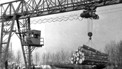 Козловий кран лісозаводу. Фото 1970-х років
