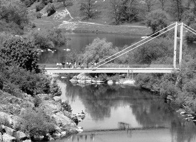 Пішохідний міст через річку Случ. Фото поч. 2000 років