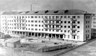 Будівництво житлового будинку (нині площа Лесі Українки, 3), на 1-му поверсі якого розмістилося відділення зв'язку. Фото поч. 1970-х років