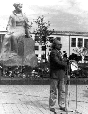 Іван Драч на відкритті пам'ятника Лесі Українки. Фото 8 вересня 1987 року