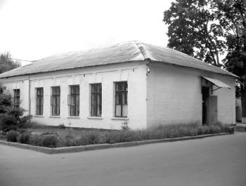 Саме з цього приміщення розпочала свою історію Новоград-Волинська земська лікарня. Фото 2006 р.