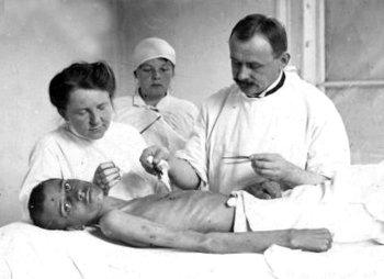 Лікар Вітольд Петрулевич під час огляду хворого на тіф