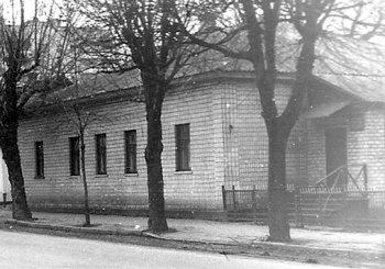 Будинок колишнього жіночого вищого початкового училища (нині – адміністративне приміщення міської централізованої бібліотечної системи) по вул. Соборності. Фото 1990-х років