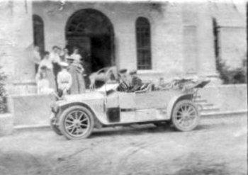 Автомобіль біля палацу Мєзєнцевих