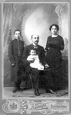 Родина Бараків на світлині з вензелем фотографа З.Грифа. Бл. 1913 року. З колекції Євгенії Шейнман
