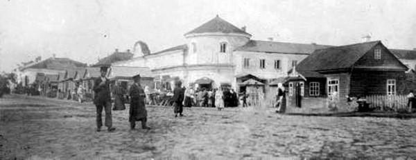Базарна площа з будівлею колишньої ратуші. Фото поч. ХХ ст.