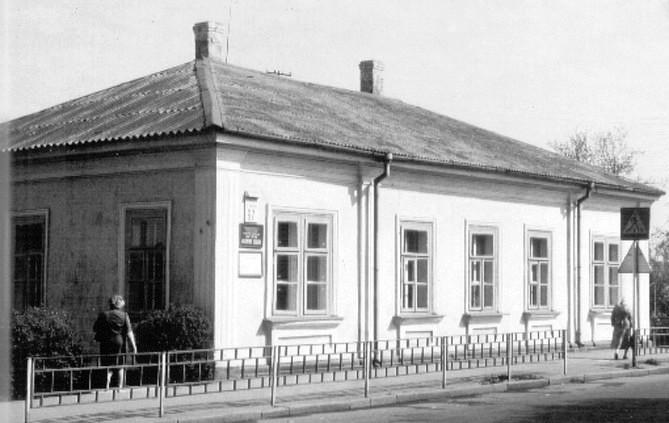 Колишній будинок В.Уварова (нині — міська музична школа на вул. Соборності). Фото 1990-х рр.