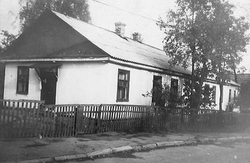 Один із будинків колишньої пожежної частини на вул.Воїнів-інтернаціоналістів. Фото середини 1990-х років