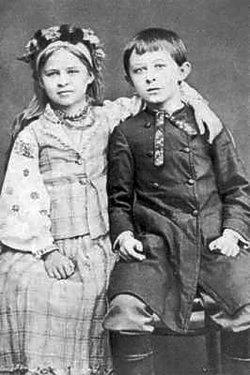 Леся з братом Михайлом (Мишелосіє). Фото 1880–81 рр.