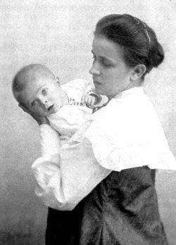 Ольга Косач-Кривинюк з сином Михайлом. Фото 1905–06 років