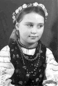 Ольга Лютон-Петрова у вишиванці та корсетці, що експонуються нині в музеї. Фото 1948 року
