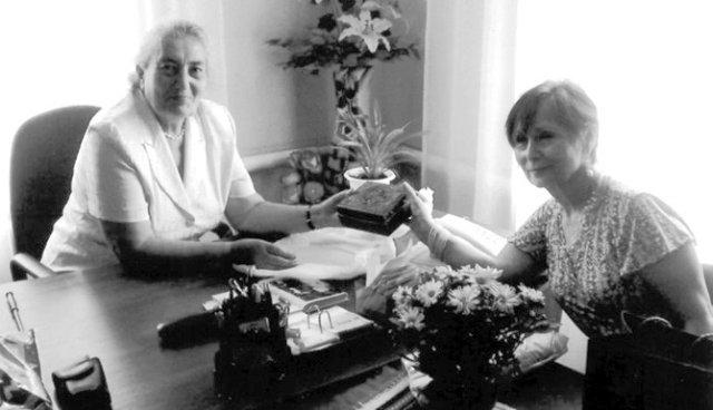 Ольга Лютон-Петрова передає музею шкатулку Олени Пчілки. Фото 2008 року