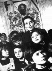Завідувачка музею Римська Віра Омелянівна веде музеєм екскурсію школярів (1978 рік)