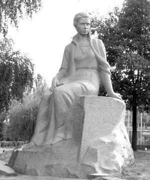 Пам'ятник Лесі Українки в Новограді- Волинському (скульптор М. Обезюк, архітектор М. Босенко)